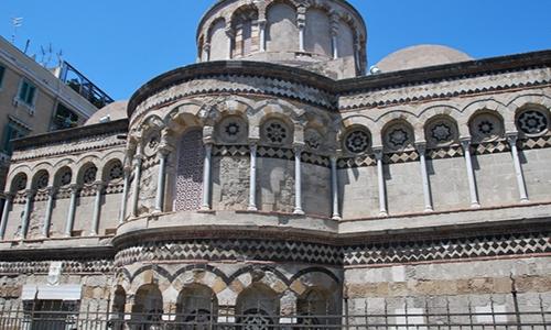 Façade de L'église Annunziata di Catalani, style normande avec colonnes