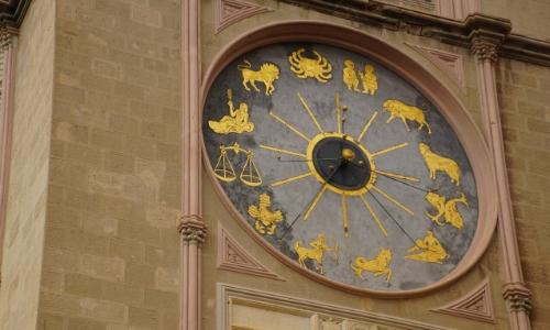 Gros plan sur l'horloge astronomique de la cathédrale avec les nombreux personnages