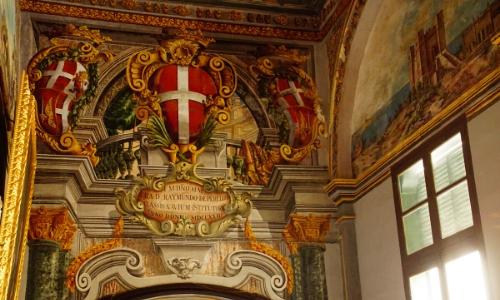 Intérieur du Palais des Grands Maîtres à Malte avec peintures murales au couleurs du drapeau de Malte (rouge et blanc)