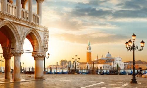 Place Saint-Marc à Venise avec Palais des Doges aux abords du Grand Canal avec gondoles, et Campanile en arrière-plan