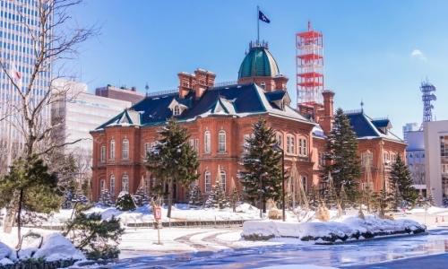 Ville enneigée avec buildings, bâtiment en briques rouges