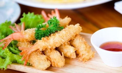 Assortiment beignets aux crevettes avec salade et sauce