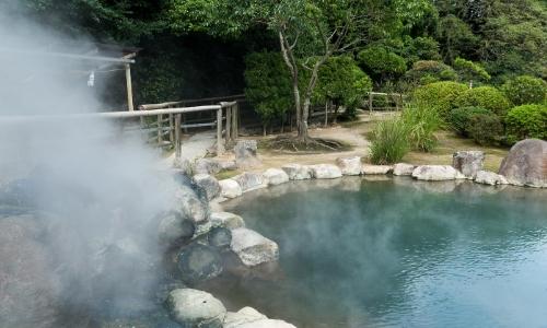 Source d'eau chaude extérieure, milieu de la nature