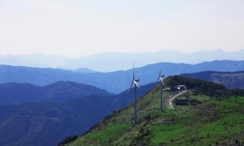 Vue d'en haut sur les montagnes, verdure, paysage naturel, éoliennes