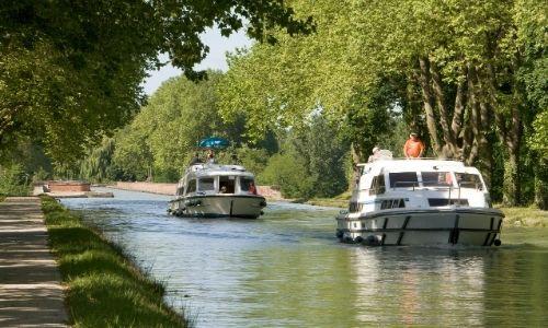 deux pénichettes sur un canal de France qui se suivent