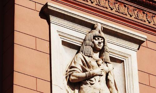 Statue sur la façade du musée du Caire