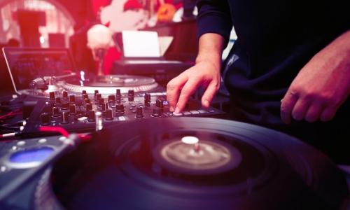 Mains sur une table de DJ