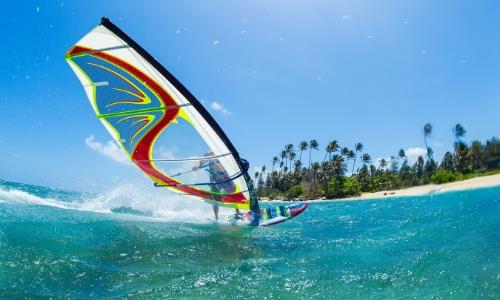 Planche à voile en mer