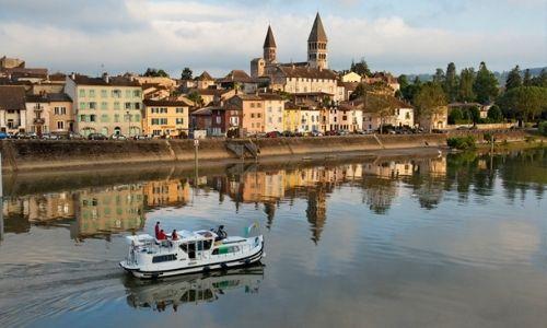 bateau sur un canal près d'une ville dans la Saône