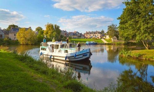 bateau Locaboat sur un canal de France avec des passagers