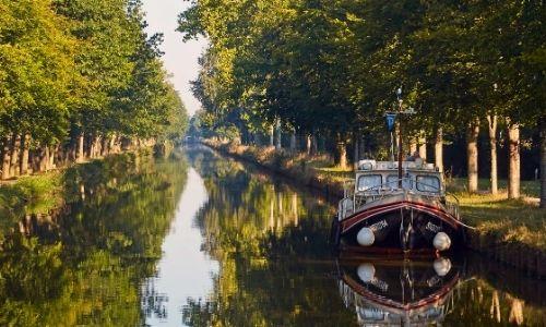 bateau sans permis sur un canal en Bretagne