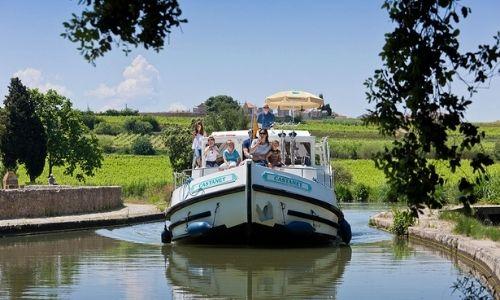 famille sur une pénichette sur le Canal du Midi