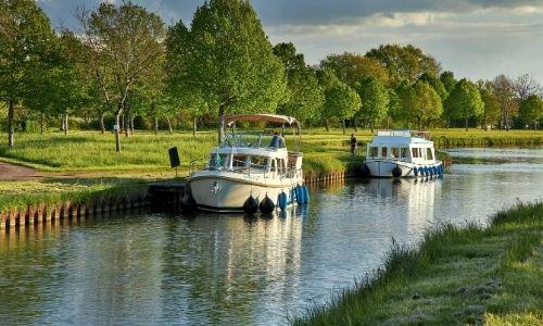 bateaux sans permis sur un canal en Bourgogne Nivernais