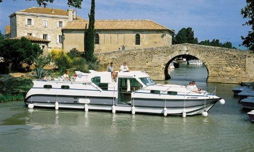 bateau sans permis 3 cabines sur un fleuve, occupé par un couple de vacanciers