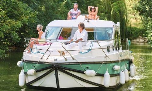 amis qui profitent sur un bateau sans permis