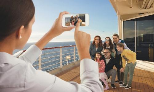 Représentation de la famille avec groupe de personne se faisant prendre en photo sur le pont du bateau
