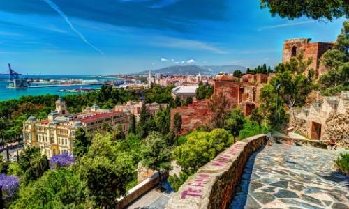 Vue sur Malaga en Espagne avec bord de mer, et habitations colorées