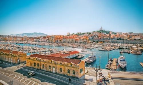 Vue sur le Vieux Port de Marseille avec Basilique Notre Dame de La Garde en arrière-plan