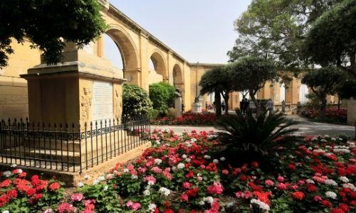 Les jardins du Haut-Barraca avec son aqueduc et ses parterres fleuries