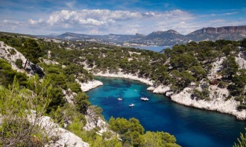 Les Calanques de Marseille, l'eau est claire et bleue et les bateaux voguent au milieu des gorges