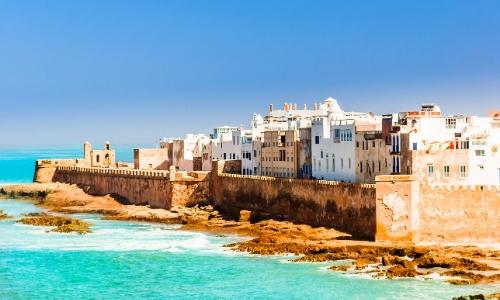 Vue sur le bord de mer de la ville d'Essaouira avec ses maisons et remparts