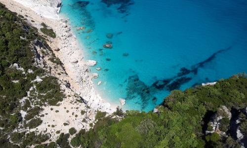 Vue aérienne sur bord de mer en Méditerranée avec eau limpide et nature