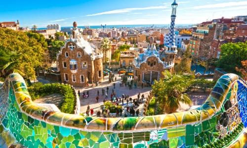 Vue sur le Parc Güell à Barcelone avec murs colorés