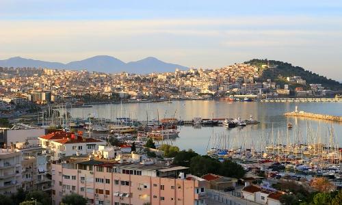 Ville balnéaire de Kusadasi en Turquie avec petite bateaux et habitations