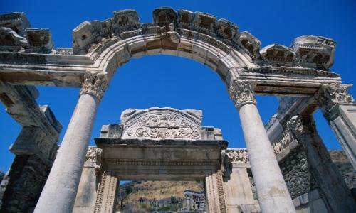 Entrée du temple d'Hadrien avec arche en pierres