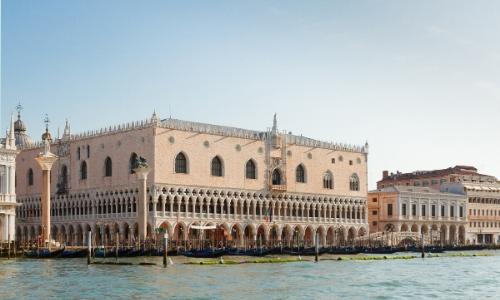 Vue depuis le canal sur le Palais des Doges à Venise