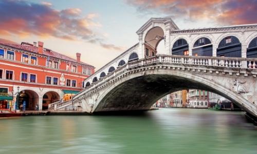 Pont sur l'eau à Venise avec bâtiments