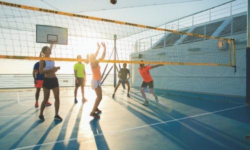 Groupe de personnes jouant au volley ball sur un espace extérieur du bateau dédié