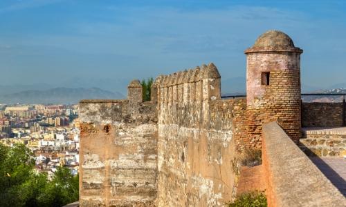 Photo d'une partie du château de Gibralfaro à Malaga en Espagne, surplombant la ville