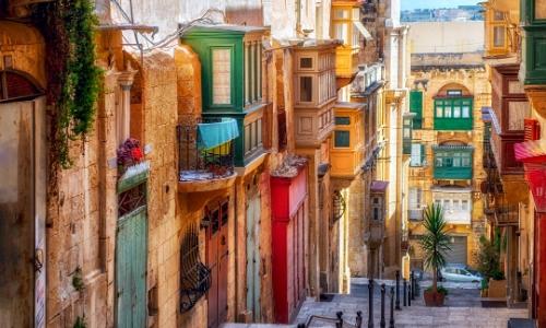 Photo de bâtiments colorés dans une rue de La Valette à Malte