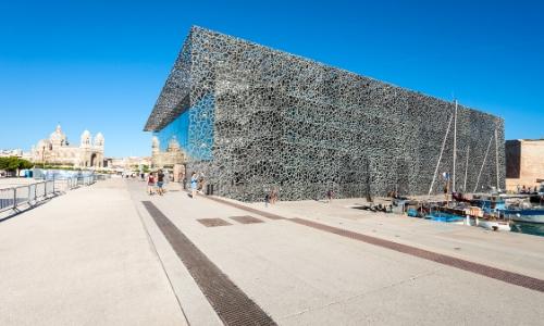 Photo du musée des Civilisations de l'Europe de Marseille avec un ciel bien bleu