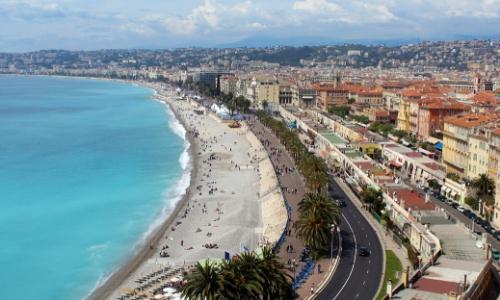 Vue sur le bord de mer de Nice avec plages et bâtiments