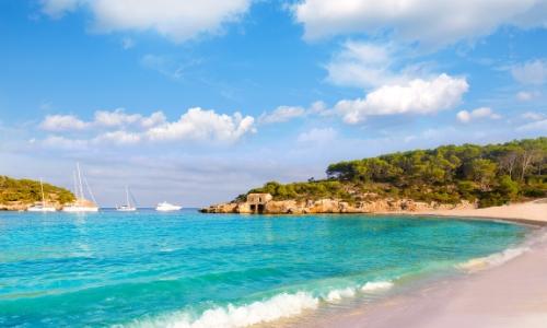 Vue sur la plage de Cala Mondrago en Sardaigne, dans le parc naturel de Mondrago
