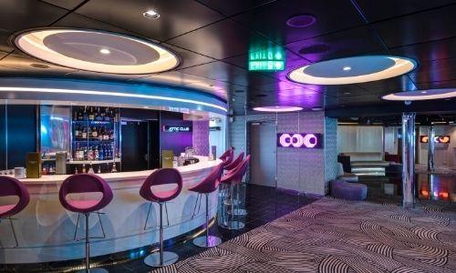 discothèque sur un bateau de croisière dans une ambiance bleue violette