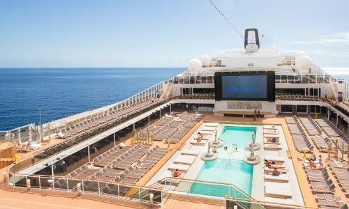 espace sur le pont extérieur du MSC Meraviglia, énorme écran plat et piscine