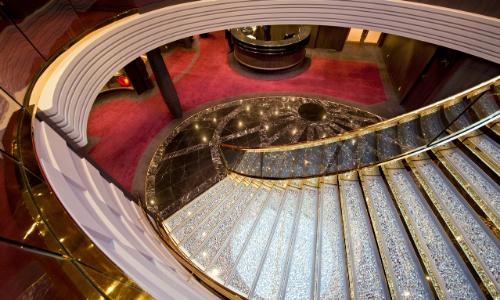Les somptueux escaliers en cristal du MSC Divina