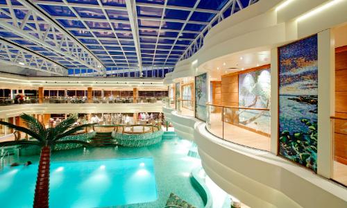 La piscine intérieur du MSC Fantasia