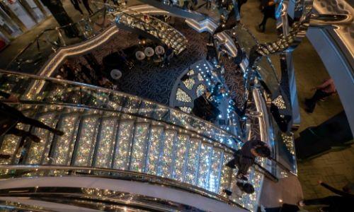 Le grand hall du MSC Grandiosa en vue plongeante avec ses escaliers Swarovski