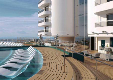 vue sur le bord d'une piscine d'un pont supérieur du bateau avec des transats à l'intérieur de la piscine.
