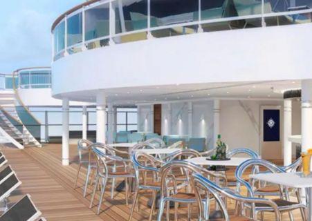 bar sur la terrasse du pont d'un bateau avec des chaises métalliques et des tables carrés