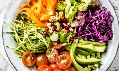 Assiette de crudités : choux rouge, avocat, tomates, carottes, choux blanc