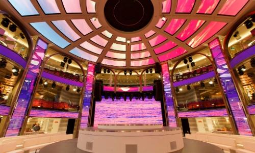 Intérieur bateau, coloré dans les tons rose/violet, comme dans une galerie