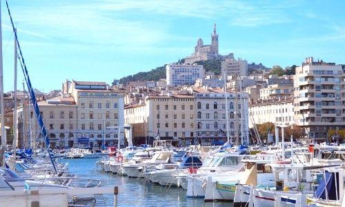 Vieux-Port de Marseille avec les nombreux bateaux à quai. Au fond, la ville.