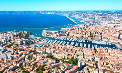 Ville de Marseille en vue aérienne sur les habitations et le Vieux-Port