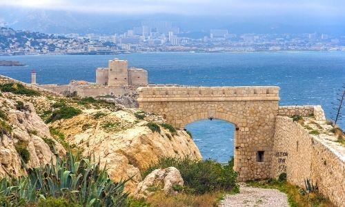 Vue des îles du Frioul avec, à l'arrière-plan, la ville de Marseille
