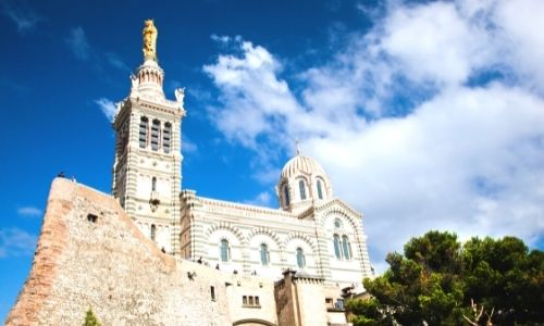 Vue en contreplongée de l'édifice Notre-Dame de la Garde de Marseille